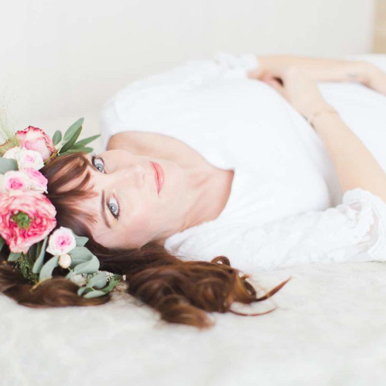 séance photo de femme enceinte avec couronne de fleurs