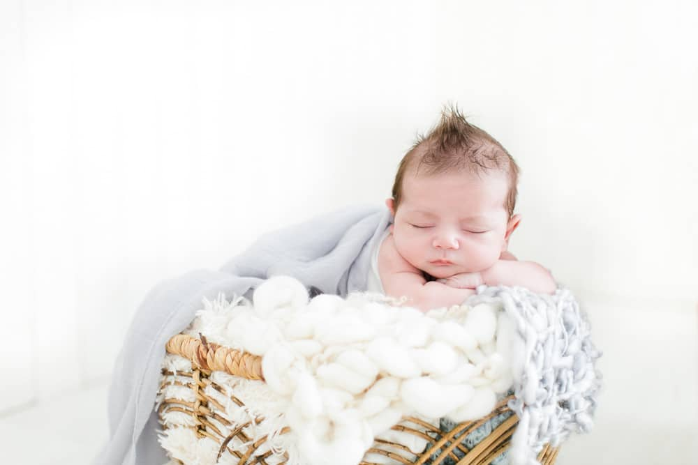 Photos de bébés : pourquoi choisir la lumière naturelle en studio