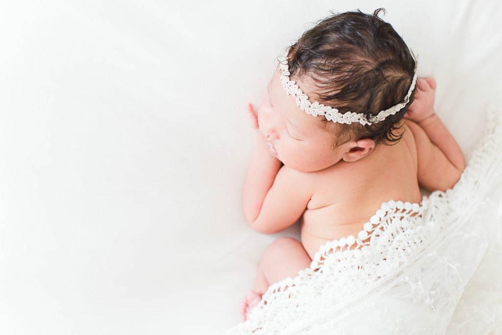 nouveau-né fille avec couronne