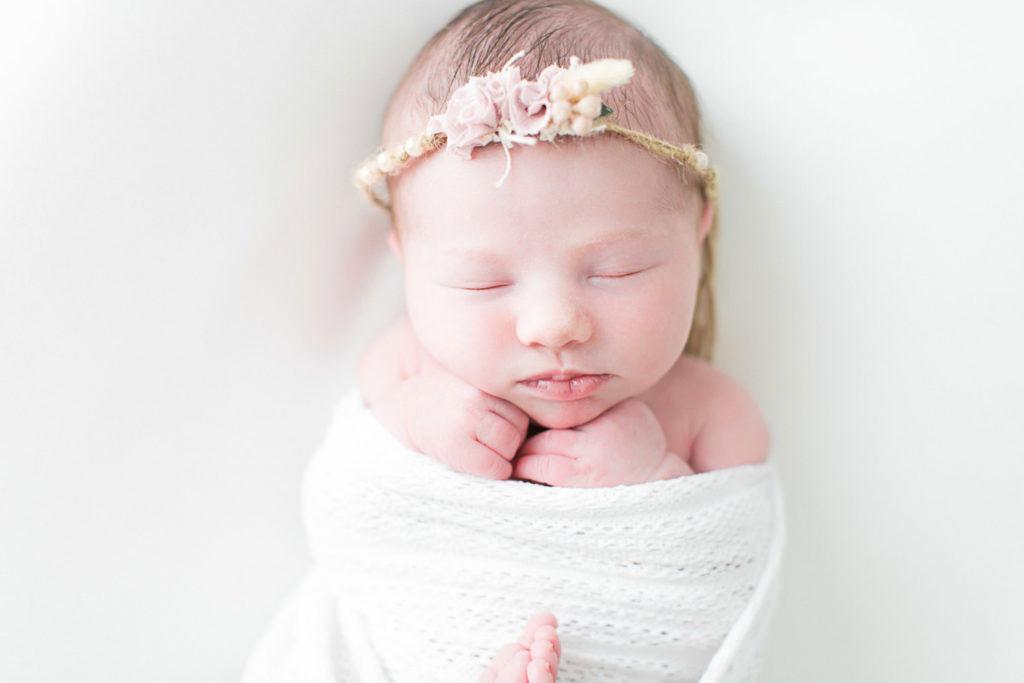 Bébé fille 6 jours devant la photographe