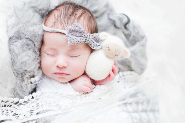 Photographie d'un bébé avec son doudou