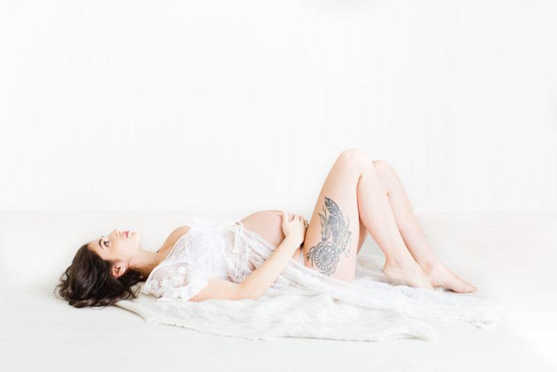 Femme enceinte avec tatouage